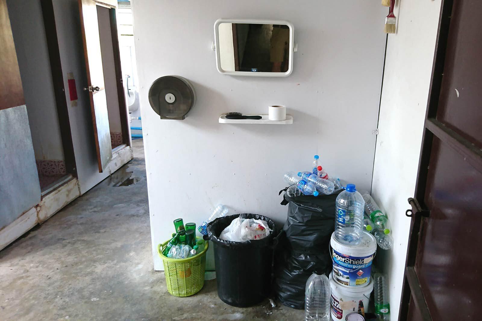 Badezimmer Eingang in der Phuket City Absteige