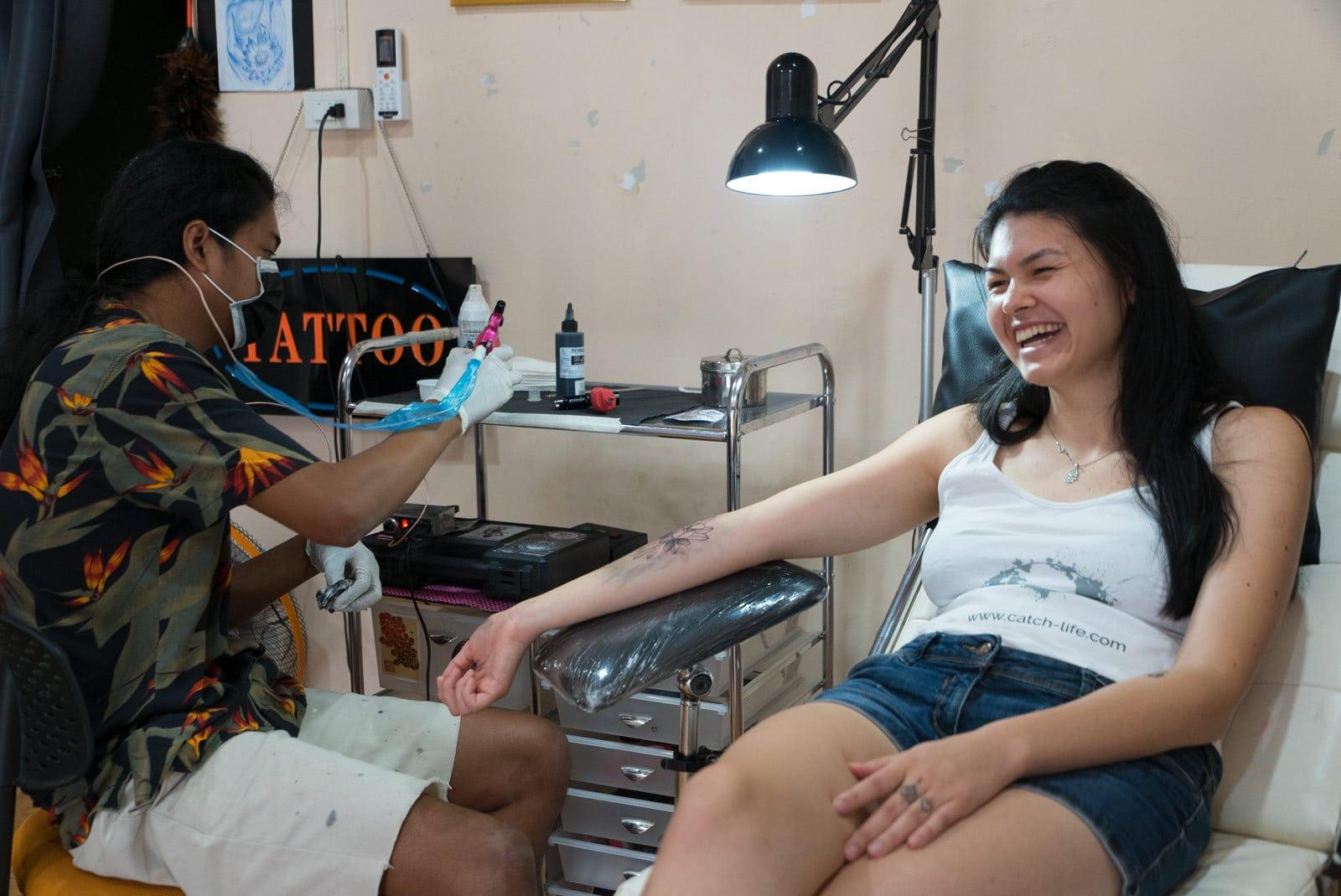 Tattowieren mit Maschine in Ko Yao Noi