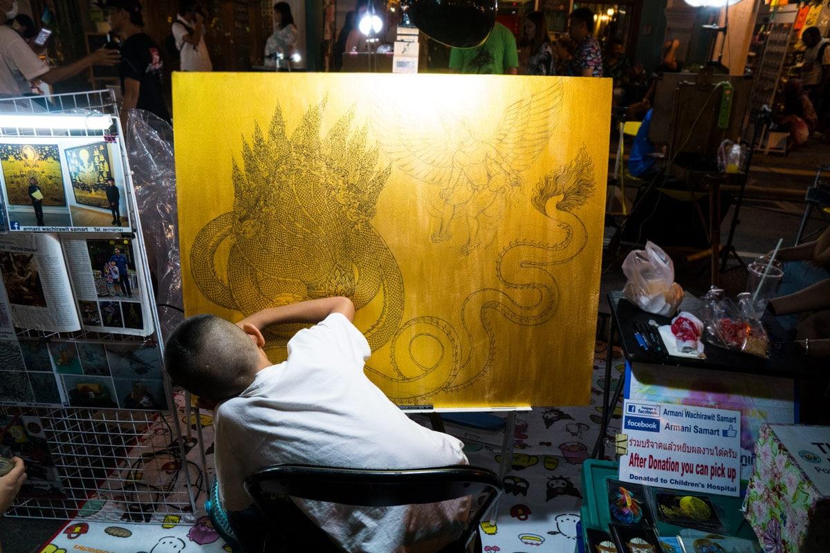 Ein sehr talentierter Junge mit seinem Kunstwerk