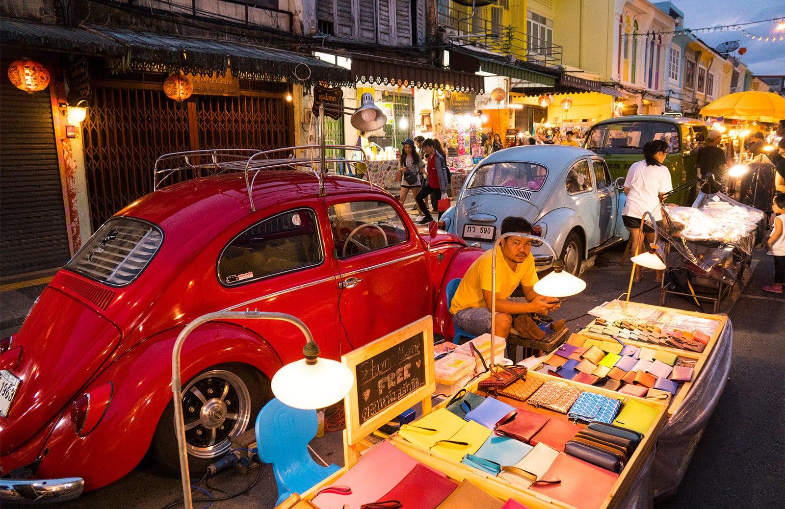 Ein alter VW auf der Phuket Walking Street