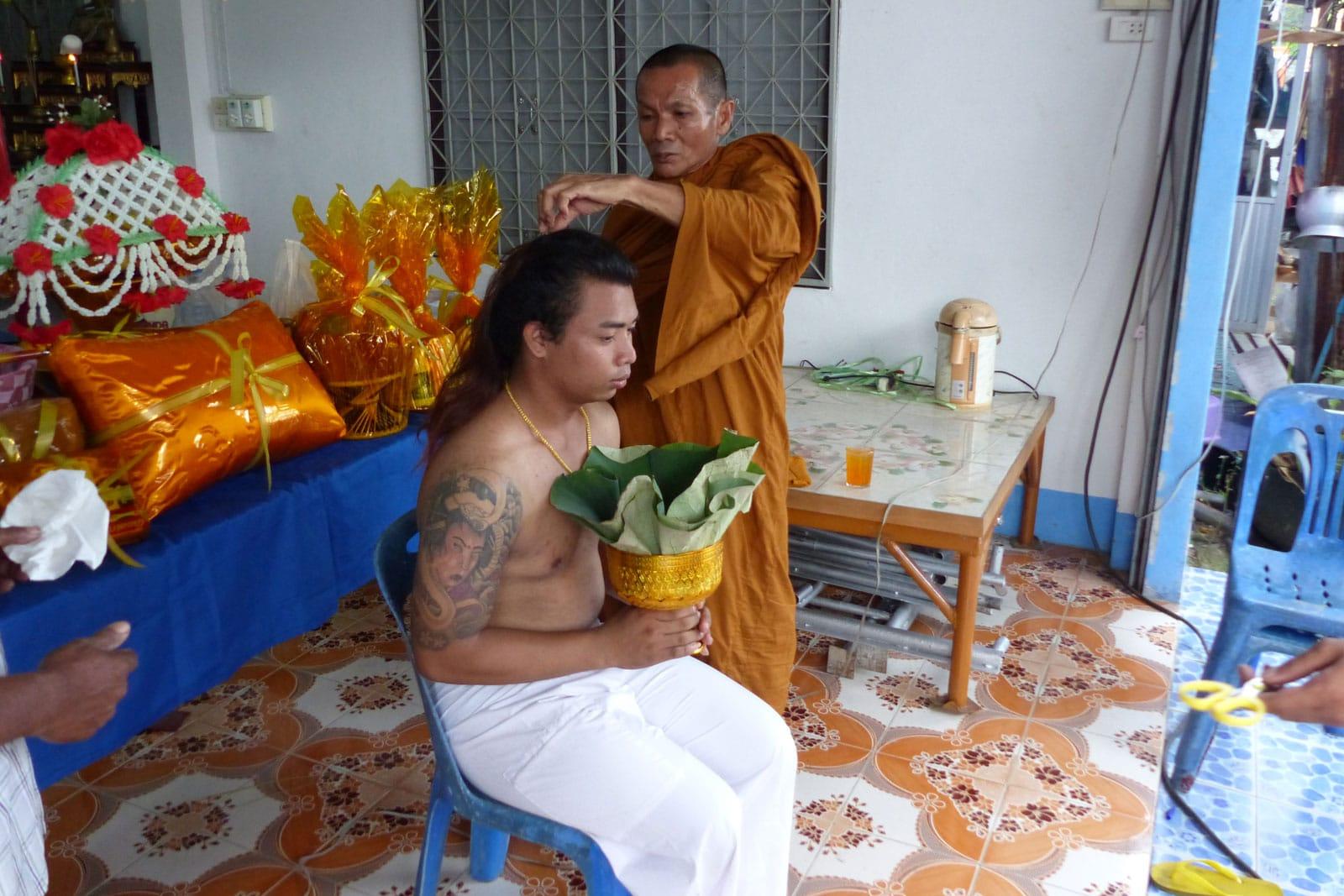 Der Mönch beginnt mit dem Schneiden der Kopfhaare