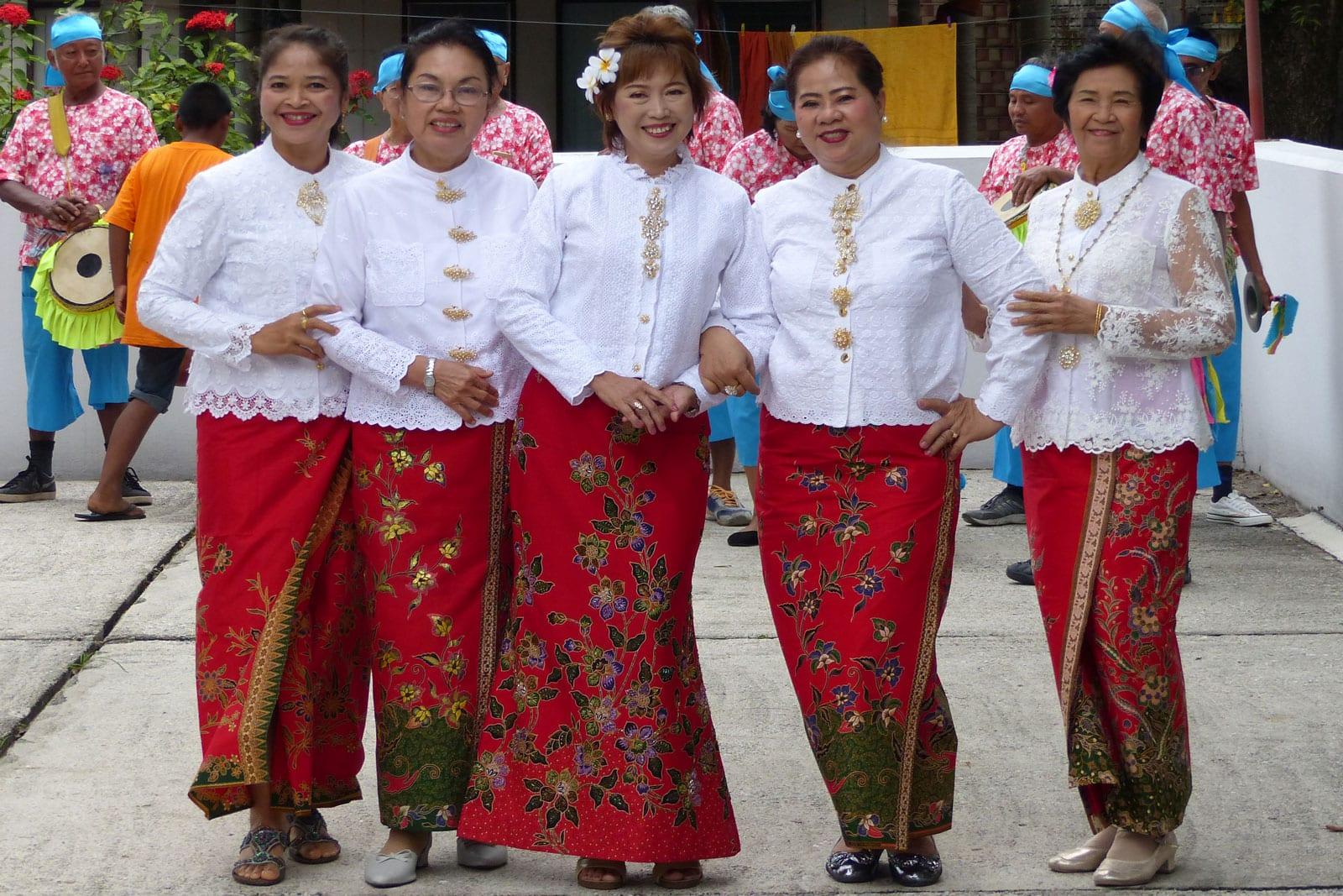Traditionelle Tänzerinnen begleiten die Mönchsweihe