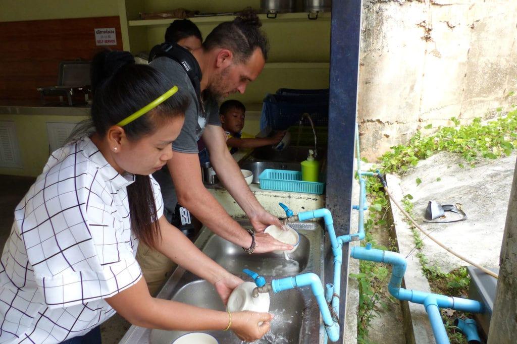 Alf, Jana und Tawan beim Abwasch nach dem Essen