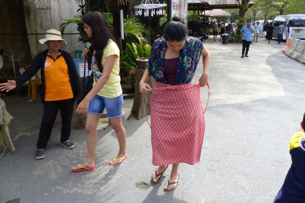 Jana beim Verdecken der Beine und Schultern am Big Buddha