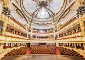 Im Opernhaus Hanoi eine Oper erleben, schönes Gebäude im French Quarter