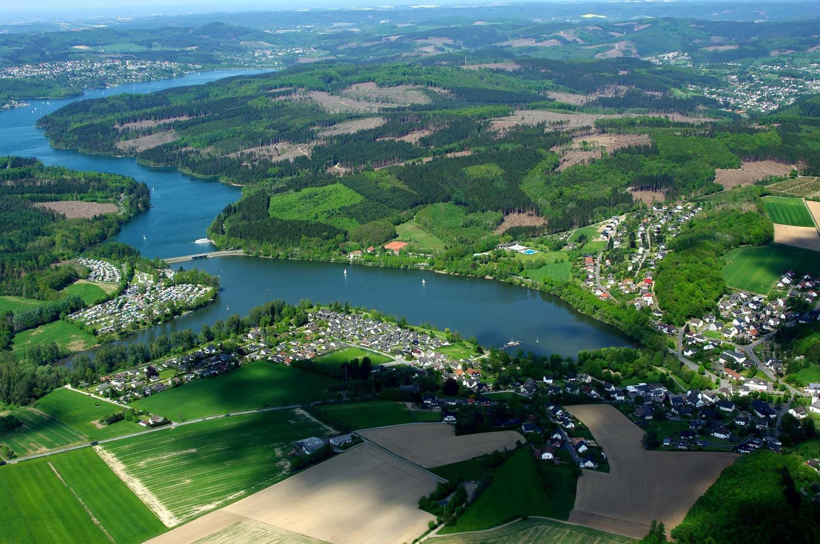 Sundern-Amecke Deutschland Luftbild Acker Wald und Siedlung